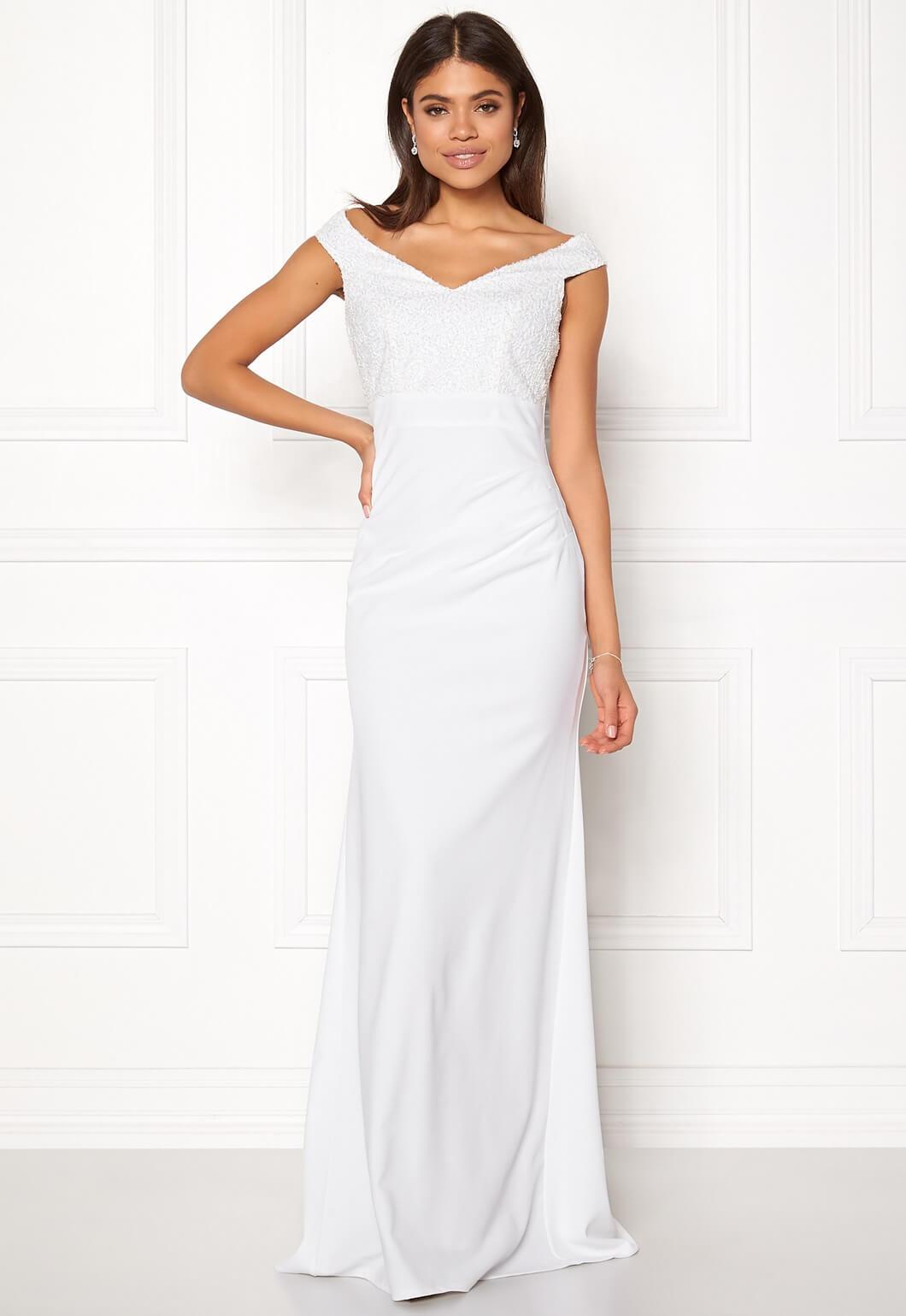 7d1fe5934b8b För en borglig vigsel i stadshuset kanske denna klänning i kortare modell  med virkade detaljer kan vara något!? Pris 799 sek.