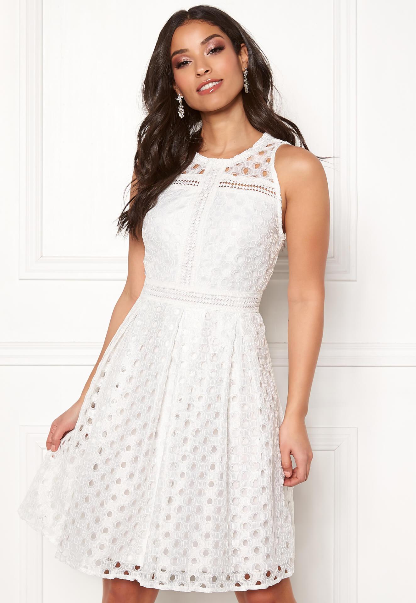 256dad40c439 För en borglig vigsel i stadshuset kanske denna klänning i kortare modell  med virkade detaljer kan vara något!? Pris 799 sek.
