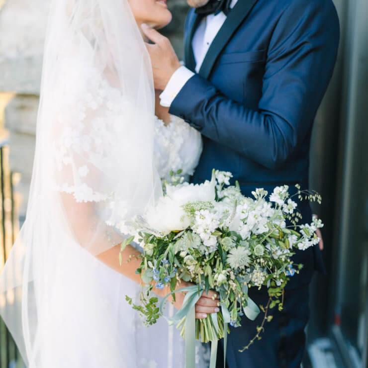 70e022bb61b7 Frida Fahrmans bröllopsbilder är perfekta, ljusa men ändå med färg och  snygga detaljer.