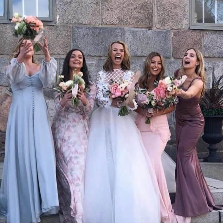 9448a43d66f7 Dom passar ändå bra ihop och jag förstår att man som brudtärnor kanske inte  har samma smak på klänningar, bra då att man kan få en klänning som passar  en ...